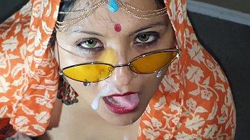 बड़े स्तन के साथ भारतीय भोजन सह लड़की
