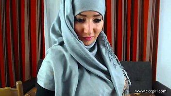 हिजाब में लड़की फैलती है उसकी चूत
