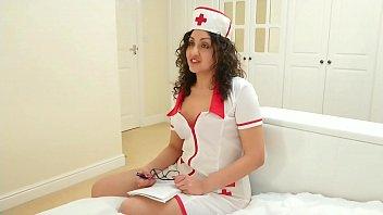 सेक्सी नर्स मैला स्तन देता है और बड़े पैमाने पर सह निगल